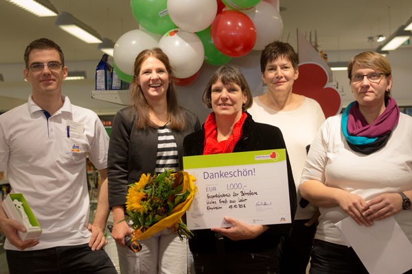 """Ulrike Grass (Mitte) umrahmt vom Preisverleihungs-Komitee der dm-Initiative """"Helferherzen"""""""
