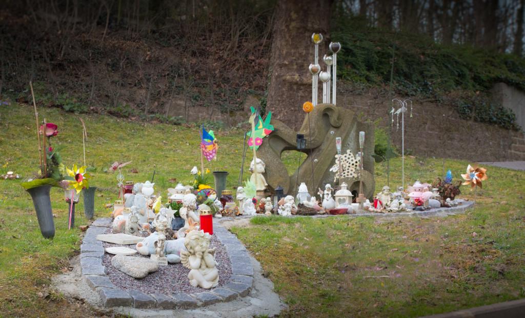 """Gedenkstätte für während der Schwangerschaft verstorbene Kinder am Lahrer Berfgriedehof: """"Gedenkmal den zu Frühchen"""""""